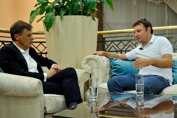 Ян Арт, главный редактор портала Finversia.ru, Сергей Хотимский, первый заместитель председателя правления ПАО «Совкомбанк»